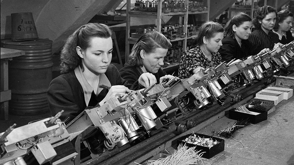 В сборочном цеху радиозавода. СССР, 1960-е.