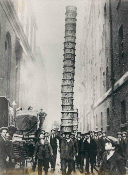 Носильщик корзин лондонского рынка за работой. Лондон, Великобритания, 1930 год.