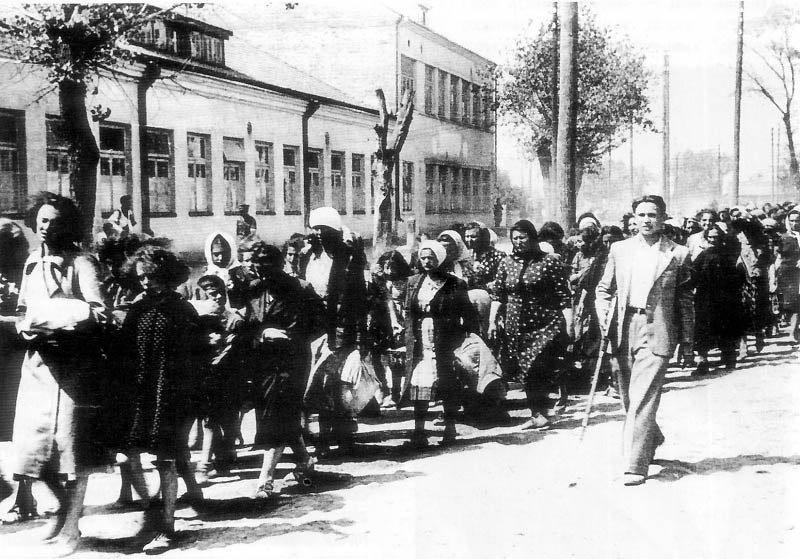 Колонна еврейских женщин и детей под конвоем литовской «самообороны».Литва, СССР, 1941 год.