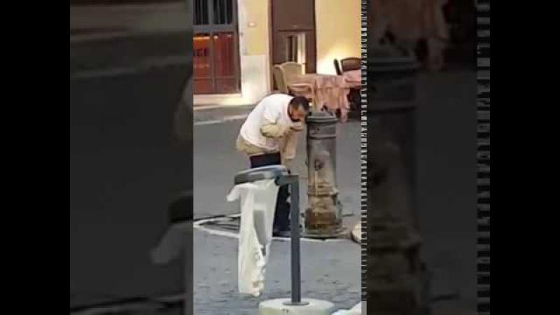 Muzułmanin myje dupe a następnie pije wode z ręki