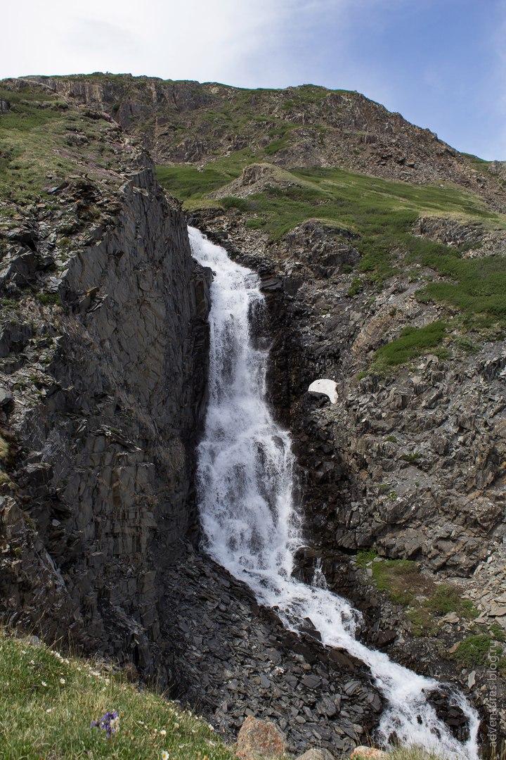 Водопад из висячей долины под перевалом Эренбурга