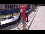 Анюта в костюме аниматроника Фокси гуляет по пандусу и пугает прохожих.