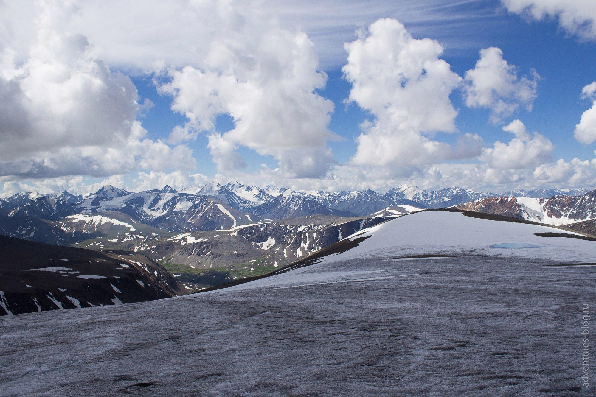 Справа на леднике голубое озеро