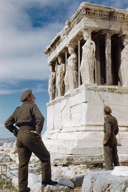 Октябрь 1944 года Британские солдаты восхищаются кариатидами на Акрополе во время осмотра достопримечательностей в Афинах.