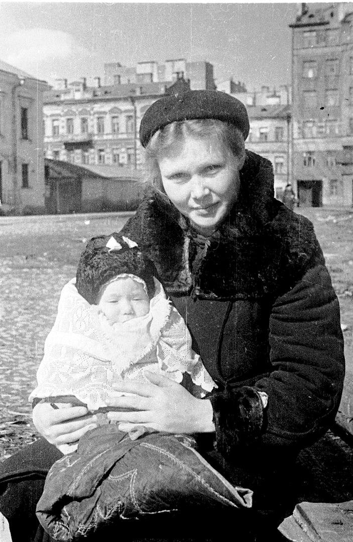 На прогулке в блокадном Ленинграде, СССР, весна 1943 года.