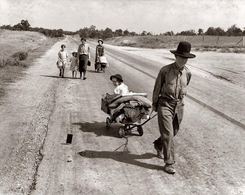 Семья вынуждена покинуть свой дом во время Великой депрессии, округ Питтсбург, Оклахома, июнь 1938 г