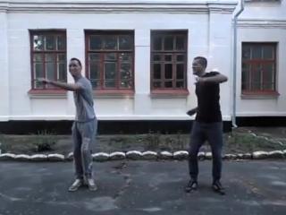 Парни классно танцуют Tektonik под песню
