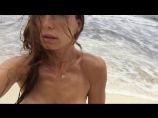 Рона митра топлесс на пляже