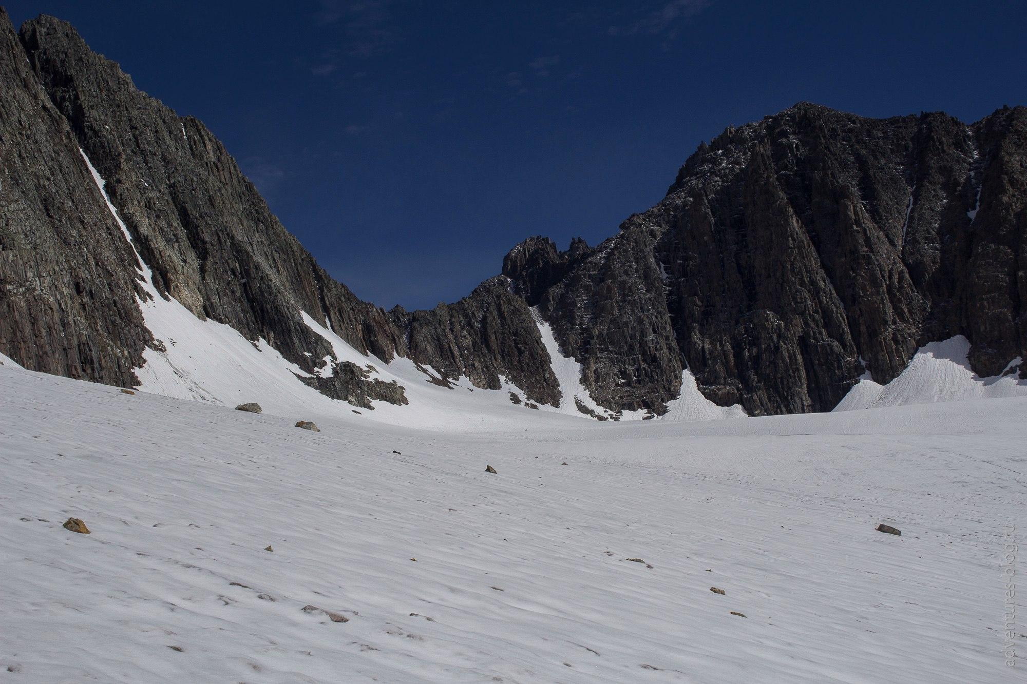 Снежный кулуар справа - перевал Абыл-оюк