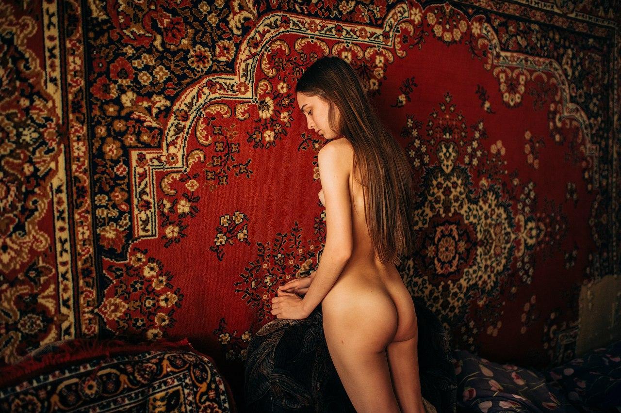 голая на диване на фоне ковра все привыкли, что