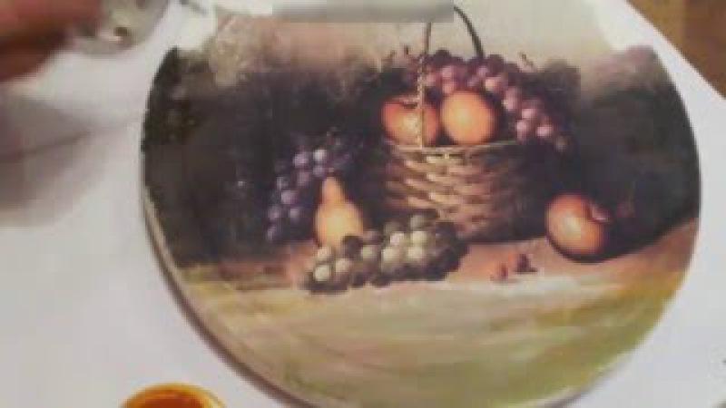 Декорируем поднос в технике декупаж и инкрустируем его веткой винограда.