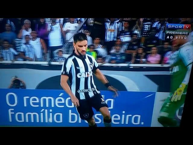 Rodrigo Pimpão surta no meio do jogo e choca goleiro do Bahia