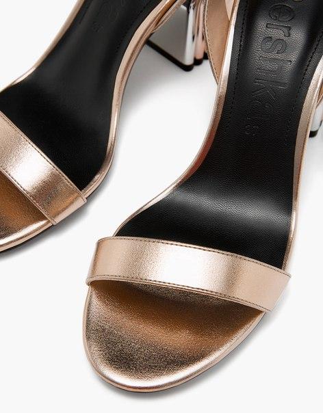 Босоножки с металлизированной отделкой на среднем каблуке