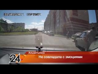 ▶ В соцсетях обсуждают видео, на котором женщина разбивает авто