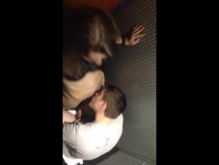 Пацан ебёт девку в туалете, скрытая камера  в Перископе +18