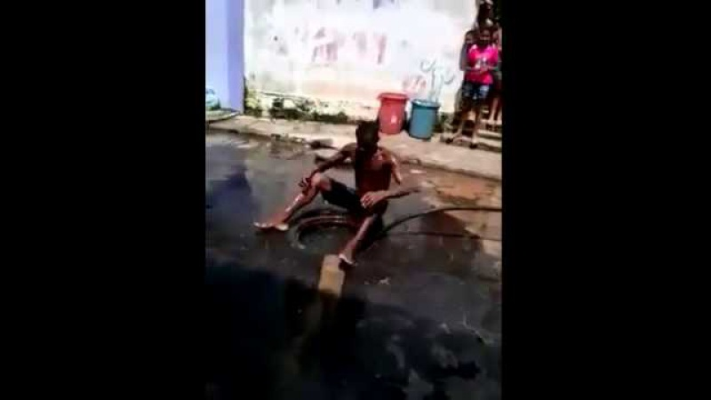 Olha o que o cara fez para desentupir o esgoto The worst profession in the world - Sewer Cleaner
