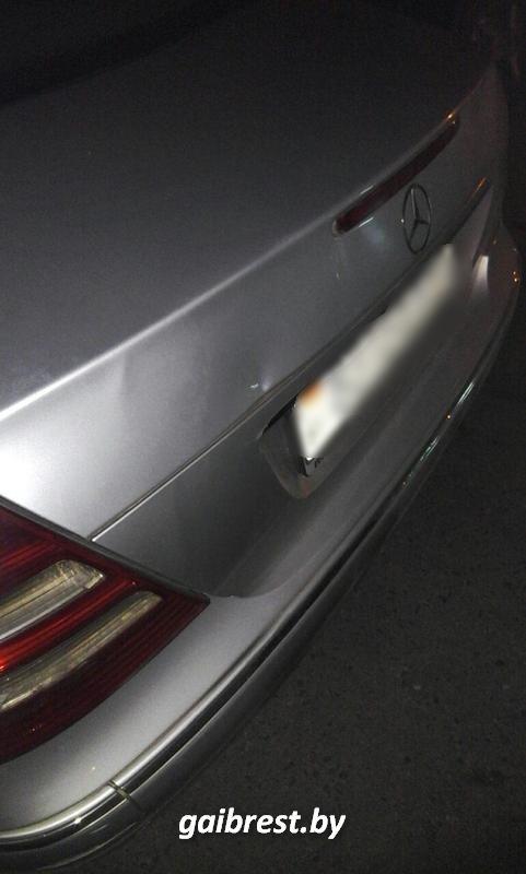 Пешехода зажало между двумя автомобилями на парковке