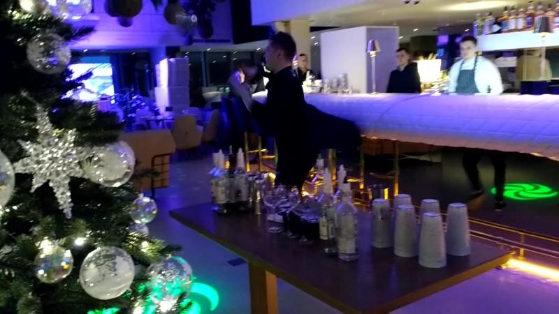 Шоу бармена. Ресторан 41-й этаж на пл. Конституции. (Весьма дорогой, китайца Юаня Соколов развлекает).