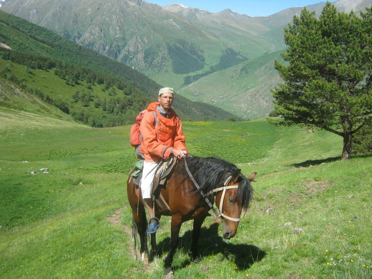Автор верхом на коне в горах Карачаево-Черкессии