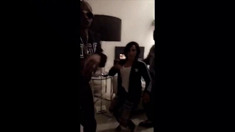 Snoop Dogg, Белла Торн Деми Ловато танцуют под «Work»