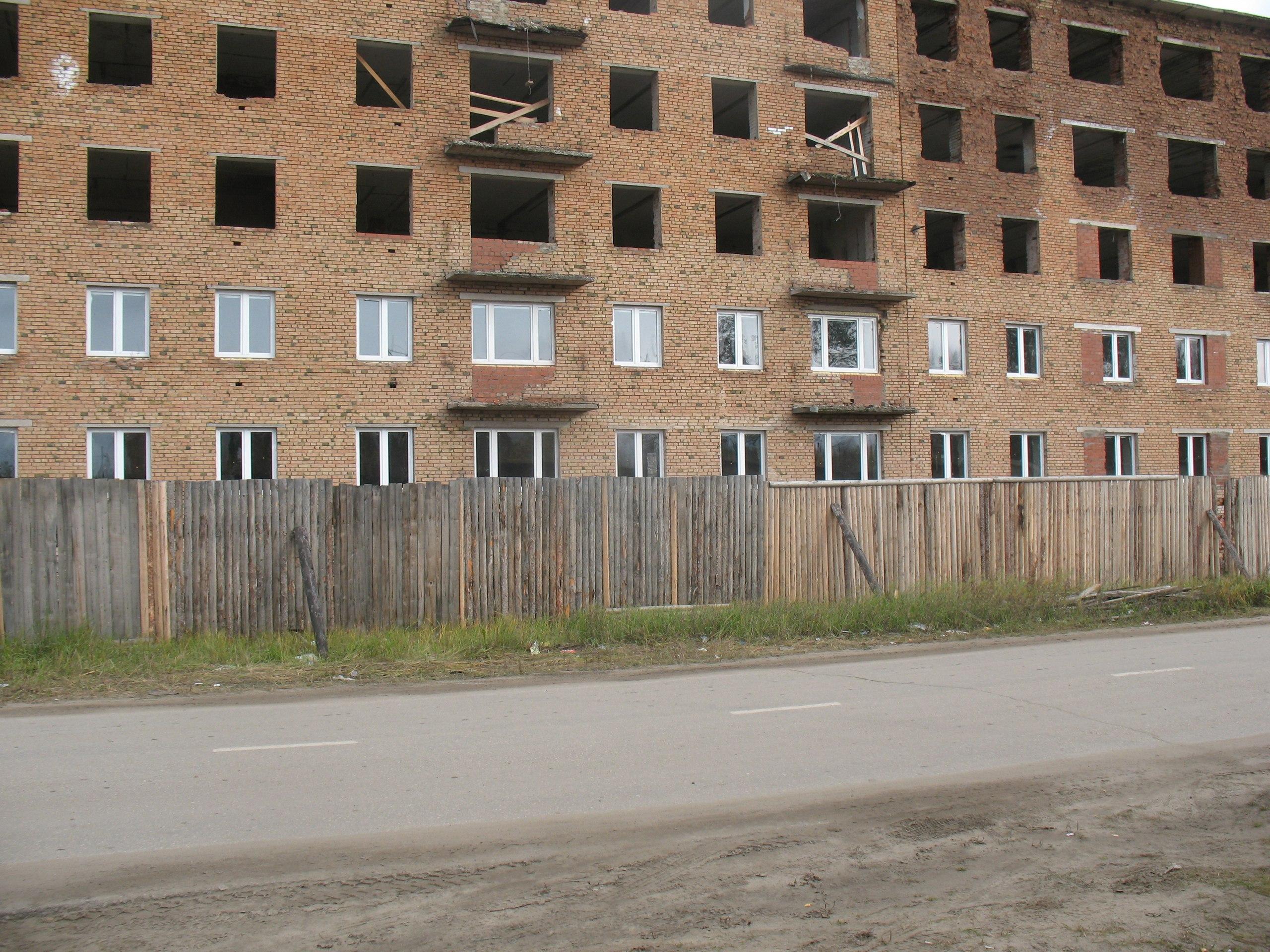 Для переселенцев из аварийно жилья и детей сирот восстанавливают дом по ул. Советская 27