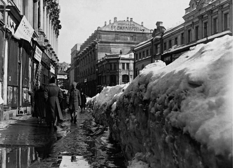 На улицах Москвы. Москва. РСФСР. 1918 год.