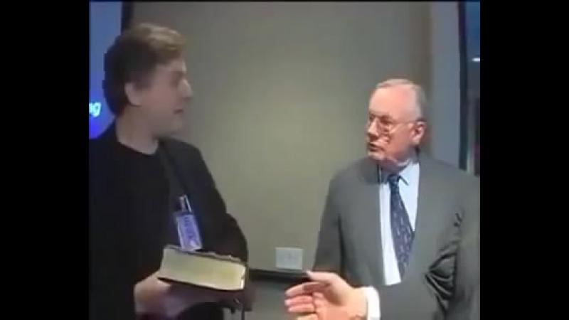 Neil Armstrong refuse de jurer sur la bible qu'il a bien marché sur la lune...