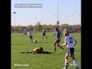Во время матча девушка арбитр уклоняясь от мяча села на шпагат