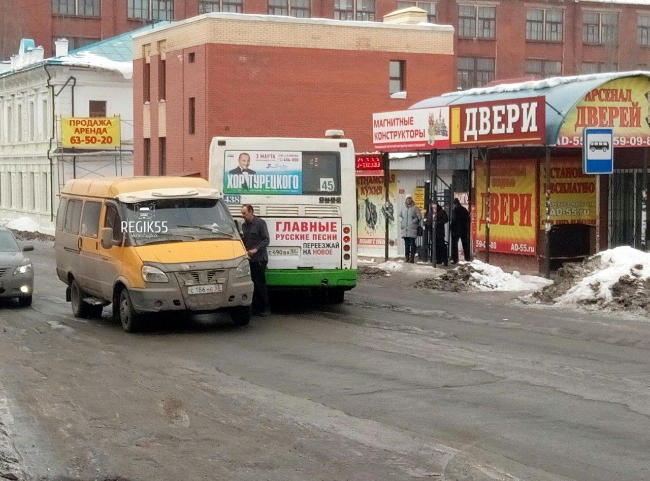 Вцентре Омска столкнулись 45-й автобус ипассажирская «Газель»
