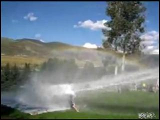 Классная водная горка, сделанная с помощью пожарной машины