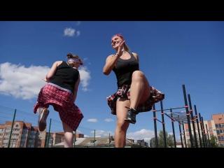 Вика Фарафонова и Ира Шепетько на крыше Cross Energy