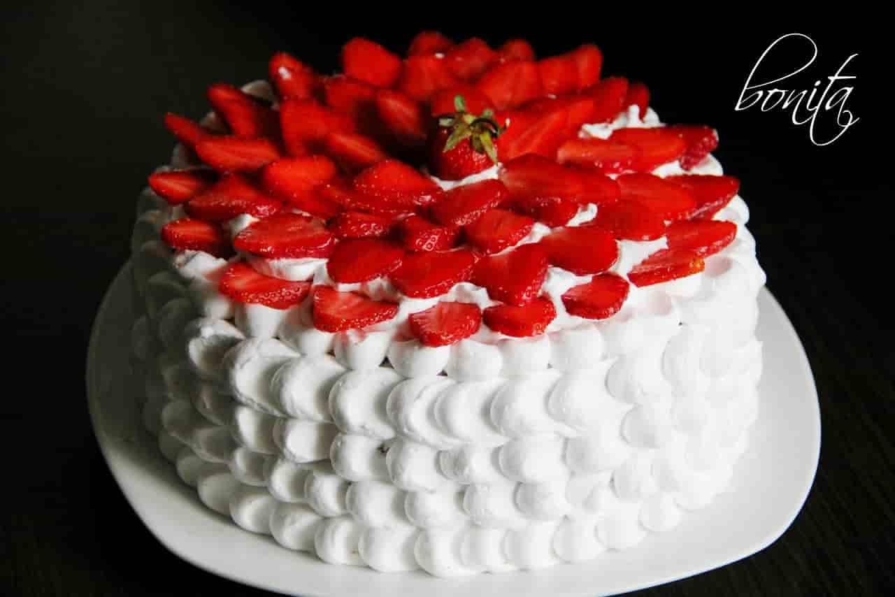 Украшение торта кремом.