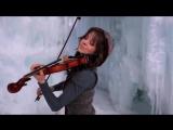 Девушка очень красиво играет на скрипке под дабстеп