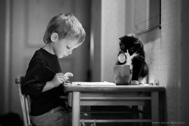 Ему – 6 лет. Он сидит, ждет маму и растирает по щекам слезы.