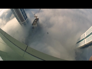 Фантастический бейсджампинг в облаках с небоскреба