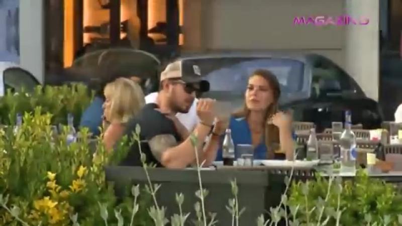 Мурат Боз и Аслы Энвер в кафе