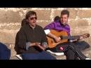 Cantando hermanos en parte de antigua de Cáceres