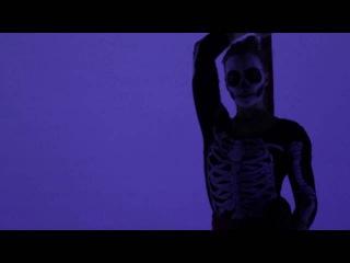Natalie Nowak - Skeleton Silk Act