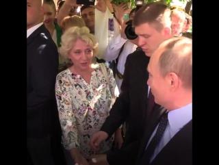 Туристка поцеловала Путина в щеку