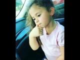 Маленькая девочка поет песню Дрейка 'Fake Love'