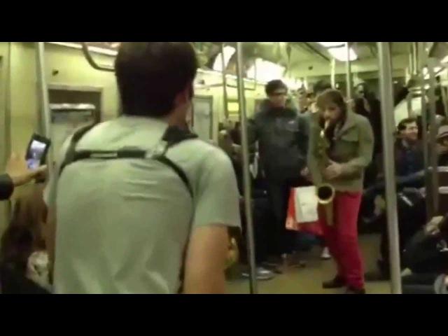 Прикольная Битва на саксофонах, музыканты в метро Нью Йорка полная версия