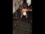 Танцуещей ребёнок в памперсах.