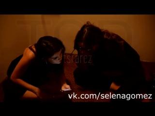 Селена Гомес переживает паранормальную активность на съемках Same Old Love (русская озвучка)