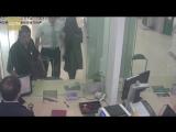 Сотрудник банка спас заложницу, предложив себя в качестве жертвы (VHS Video)