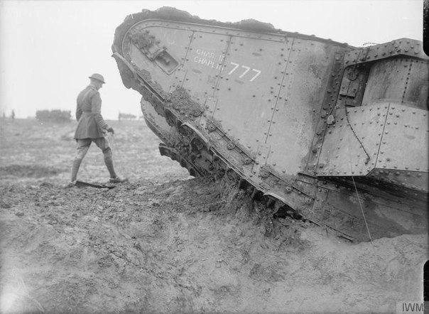 """Первая Мировая война. Британский танк Mk. II с собственным именем """"Charlie Chaplin"""" и бортовым номером 777."""