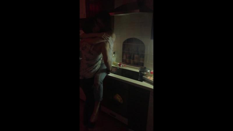 отжарил подругу на кухне