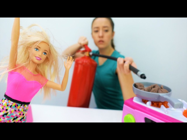 Мультики для девочек. Кухня Барби в огне🔥Тушим пожар на кухне у Барби! Игры с Ба...