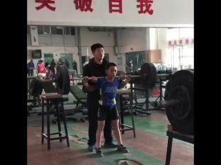 Юный китайский тяжелоатлет приседает 95 кг на 8 раз