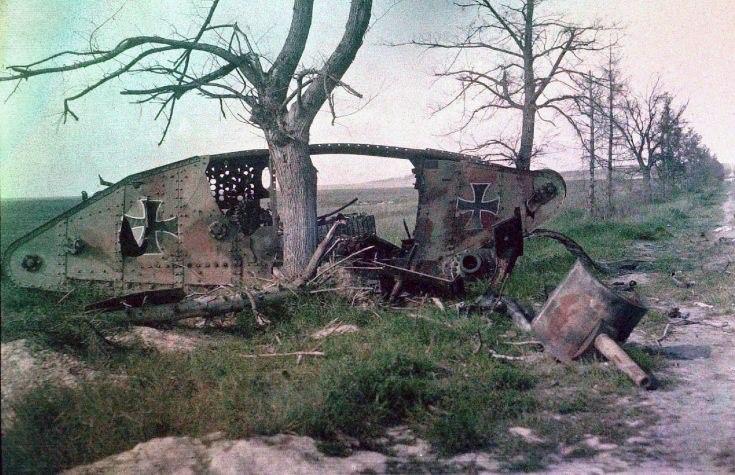 Уничтоженный немецкий танк, захваченный ранее у англичан. Западный фронт, Первая Мировая война.