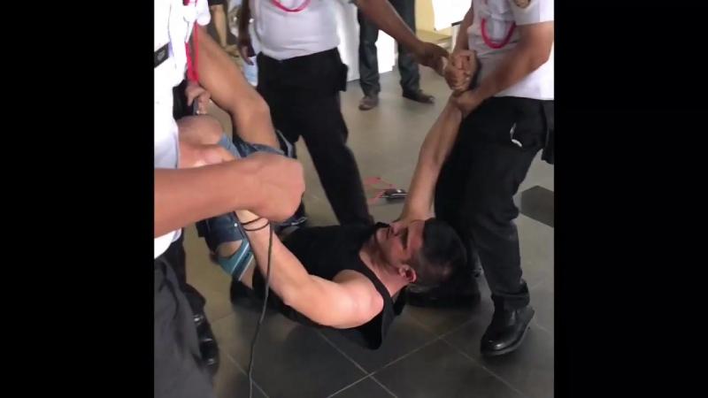 Охранники вяжут бойца MMA. Fighter Takes on Security Guards.